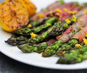 Asparagus Wrapped In Prosciutto With Lemon