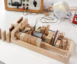 Matthias Wandel builds a domino machine