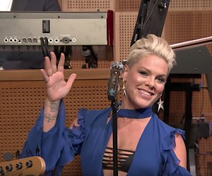 Jimmy Fallon lets P!nk sing the best autumn tweets