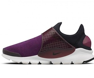 Nike renewed its Sock darts and endows them with T
