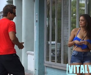 VitalyzdTV – How To Get Girls To Kiss You